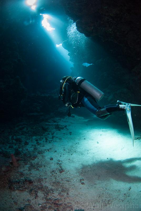 Taucherin in den Höhlen von Sha'ab Claudio